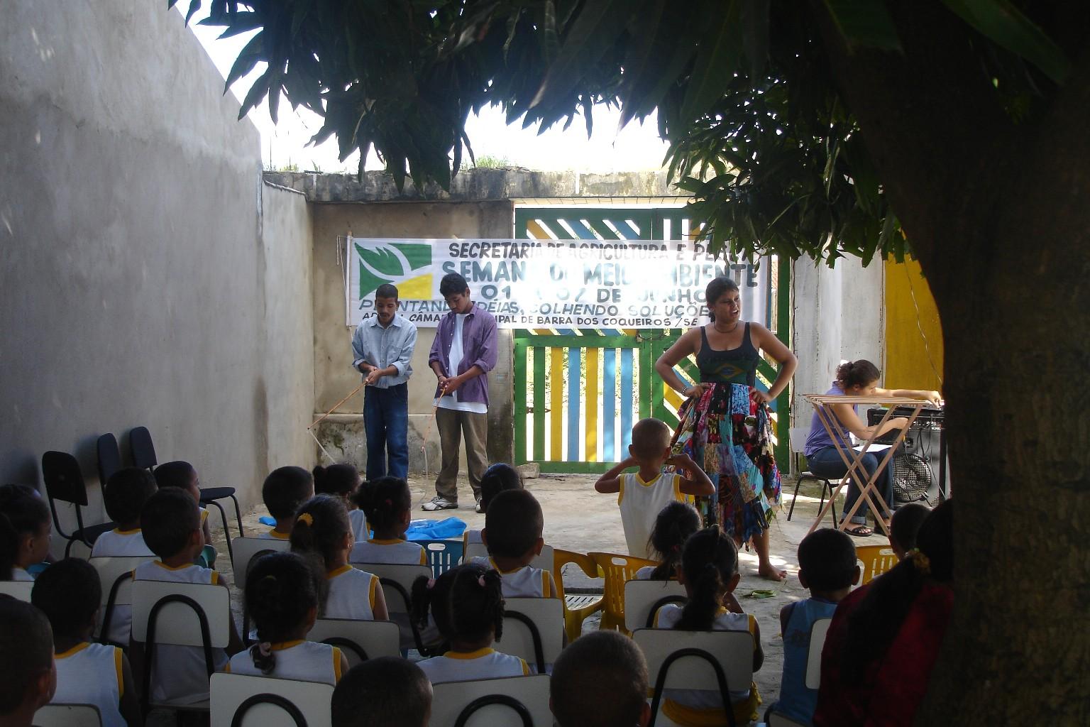 Apresentação do CiênciArte em escola de Barra dos Coqueiros (2009)