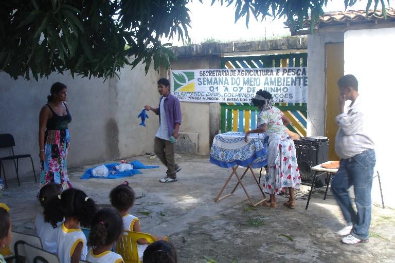 """Cena de """"Os peixinhos pedem Socorro"""" em escola da Barra dos Coqueiros (2009)"""