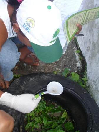 Aluna participa do mutirão contra a dengue no Rosa Elze