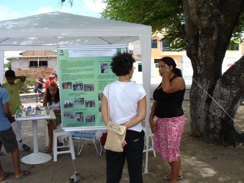 Monitora do projeto Universidade em Ação divulgando as ações do projeto