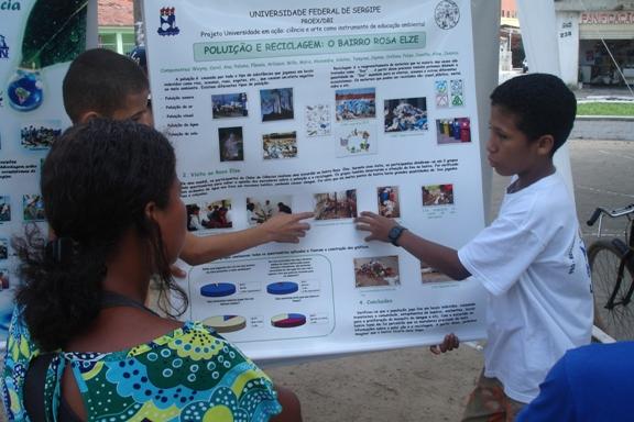 Alunos do Cllube de Ciências divulagm informações sobre seu trabalho de pesquisa sobre a questão dos resíduos sólidos no bairro