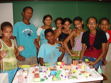 Alunos do Clube de Ciências com a maquete produzida por eles.