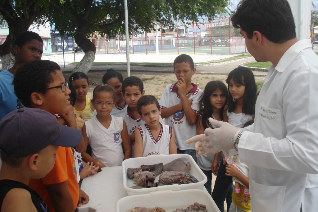 Alunos do Colégio Globo durante apresentação do Ciência na Praça